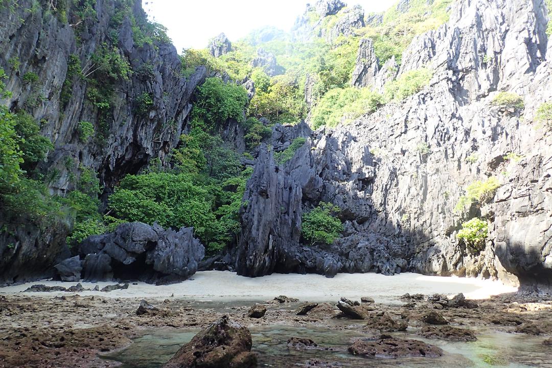 """The Secret Beach.  Muntik na akong """"mamatay ng dahil sa yo.."""""""